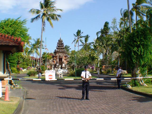 Фото общего вида перед шлагбаумом перед отелем, Бали