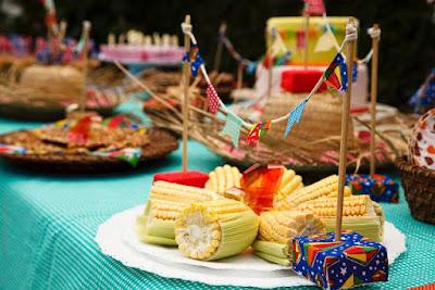 festa junina arraia arraial junino mesa guloseima comida decoração diy ideia dica arrumar arrumação diferente gourmet elegante bonito milho fogueira