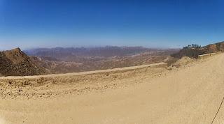 Um largo vale entre montanhas.