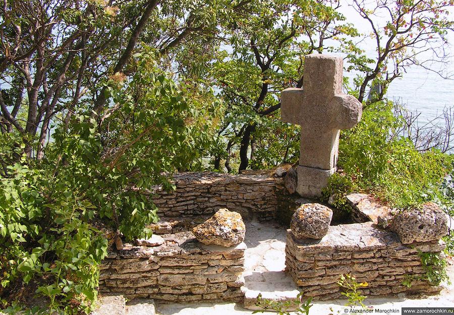 Каменный крест. Королевская резиденция в Балчике (Болгария)