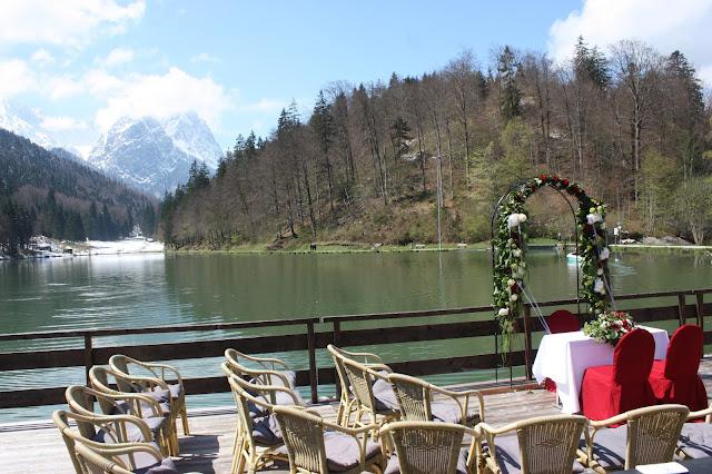 Trauung am See in den Bergen, Monaco di Bavaria wine shades and wood grains, Hochzeitsmotto, heiraten 2017 im Riessersee Hotel Garmisch-Partenkirchen, Bayern, wedding venue, dunkelrot, dunkelgrün, Weinthema