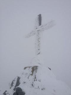 Endlich taucht aus dem Nebel das Gipfelkreuz auf - was für eine Erleichterung
