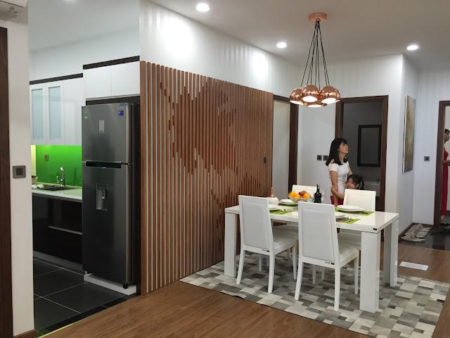 Không gian bếp thoáng, tách biệt phòng khách