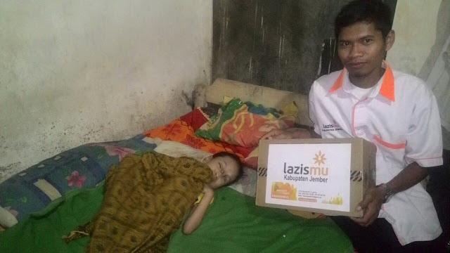 Team Lazismu Jembei memberikan donasi untuk Siti Rahmatul Hidayah