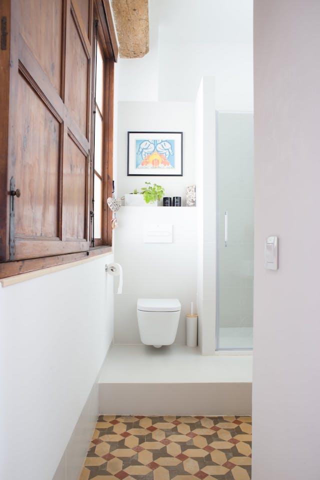 baño sin alicatado con suelos hidraúlicos