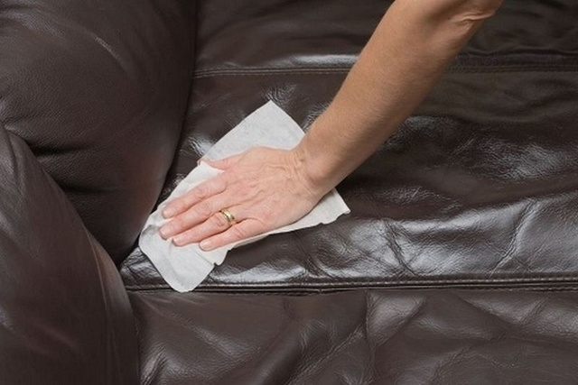 làm sạch sofa da bằng vải mềm và rượu