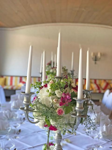 Silberleuchter mit Blumenarrangements, Centerpieces, Maigrün, Pink, Frühlingshochzeit in den Bergen am See, Hochzeitshotel Riessersee Hotel Garmisch-Partenkirchen, heiraten in Bayern, Hochzeitsplanerin Uschi Glas