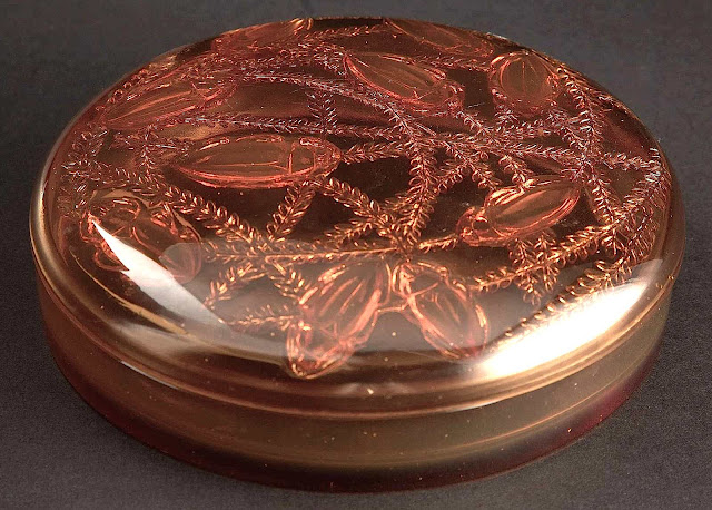 A Lalique 1921 glass box