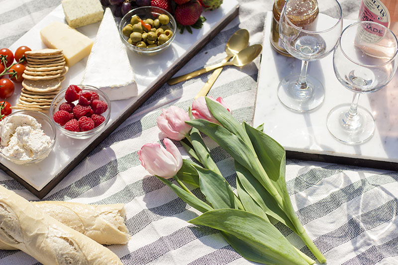 create the perfect cheese platter for a picnic
