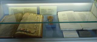 Varios libros de Dante están expuestos en el museo.