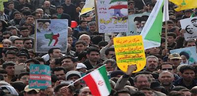 مئات الآلاف من الإيرانيين ينظمون مسيرات تندد بترامب