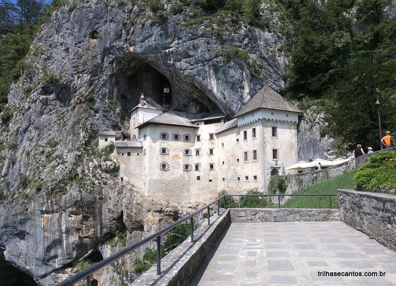 Castelo construído em uma rocha