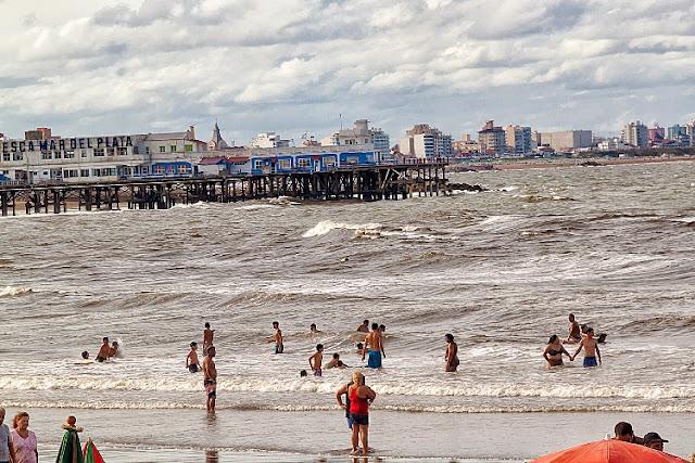 Gente en playa de Mar del Plata