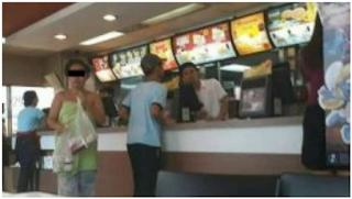 Viral! Beli Makanan di McDonald, Perempuan Ini Cuma Pakai Handuk