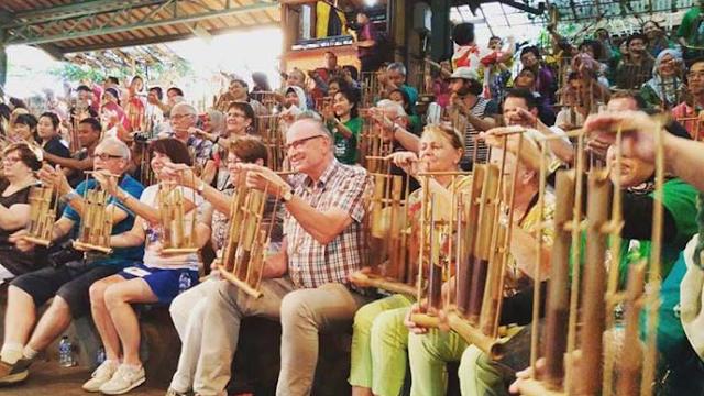 Orang dari berbagai bangsa lebur jadi satu memainkan alat musik angklung