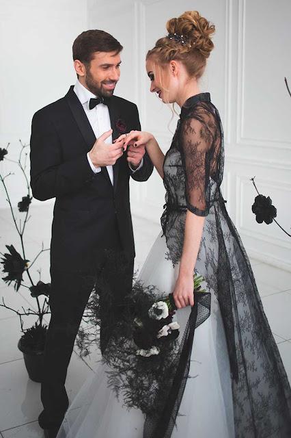casal em sessão de fotos casamento com tema halloween noiva com vestido preto