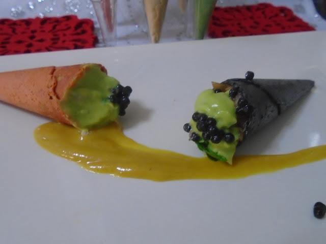 miniconos crujientes con tartar de salmón,sucedáneo de caviar