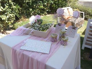διακόσμηση τραπεζιού ευχών βάπτισης με λουλούδια, κουφέτα και κασπώ
