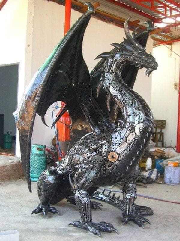 Dragón mitológico de metal