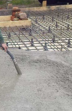 Mechanical compaction of concrete with vibrator