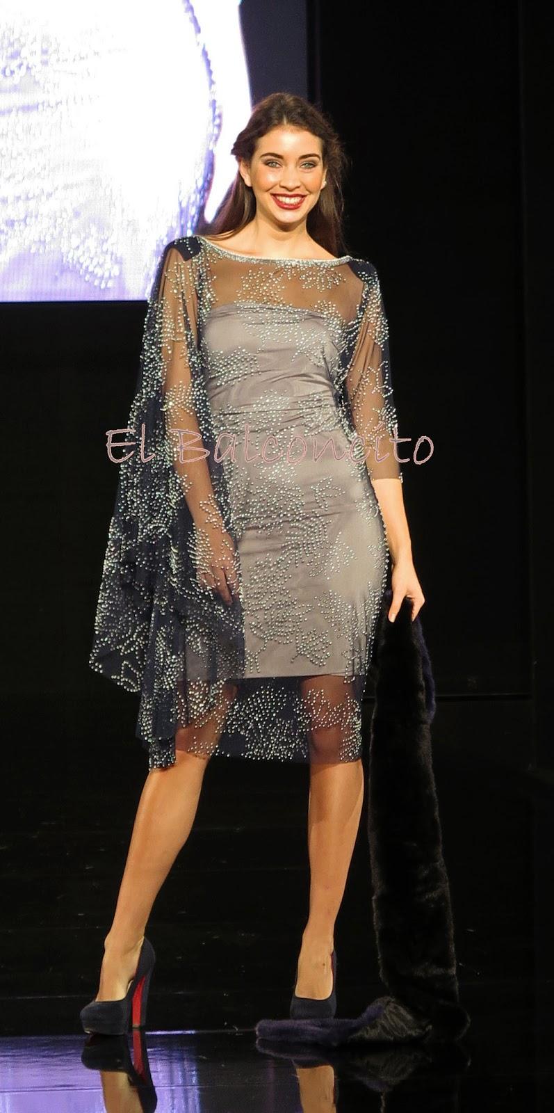 fc41c0b183 La diseñadora comenzó su presentación con la línea de fiesta comenzando con  un sensual y maravilloso vestido estampado amplio y vaporoso que despertó  los ...