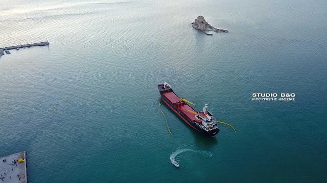Σε εξελιξη η επιχειρηση αποκόλλησης του πλοίου που προσάραξε στο Ναύπλιο
