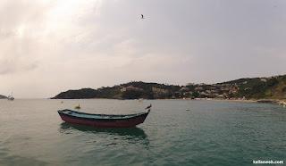 Canoa ancorada no litoral de Búzios/RJ.