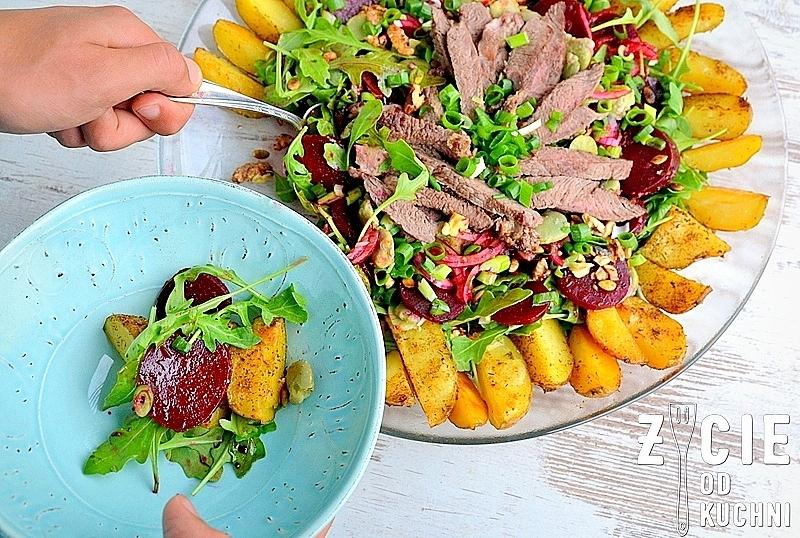 salatka ze stekiem, salatka ze stekiem i burakami, sezonowe przepisy, lipiec, lipiec wkuchni, warzywa sezonowe lipiec, lipiec owoce sezonowe lipiec, lipiec warzywa sezonwe, sezonowa kuchnia, sezonowosc, zycie od kuchni, lipiec zestawienie przepisow
