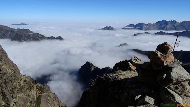 Mar de nubes en la Cruz del Portillón durante la subida al Midi d'Ossau