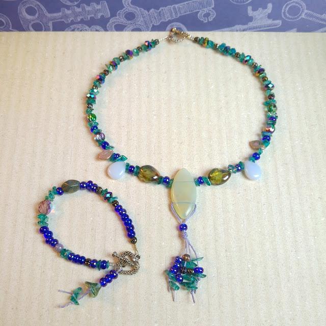 http://birdieaccessoires.nl/product/ketting-en-armband-set-aurora-borealis-kristal-opaliet-tsjechisch-glas