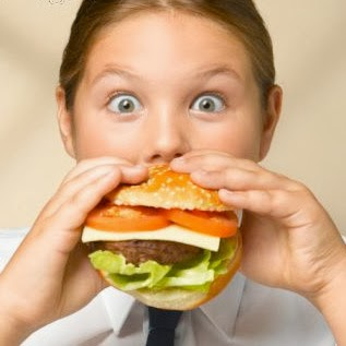 obésité infantile - girl eating a hamburger - fast food