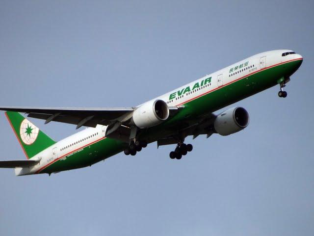 2011/8/7 長榮航空 B16712 777-300ER 拍攝於 竹圍大橋東側河岸道路