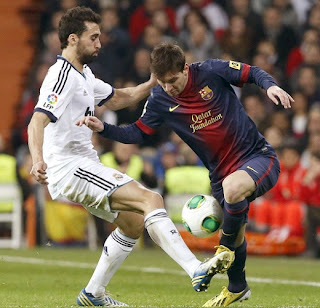 Arbeloa and Messi fighting for a ball at the Bernabeu Stadium