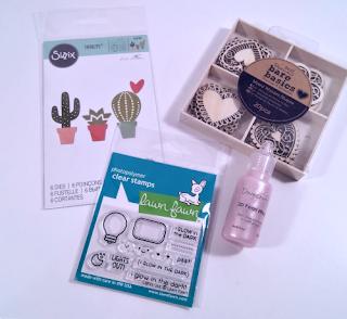 Juego de troqueles de cactus de Sizzix, Mini sellos de la marca Lawn Fawn, Caja de maderitas con forma de corazón de Docrafts y 3D Pearl effects de Dovecraft. Fondo de armario de material de scrapbooking.
