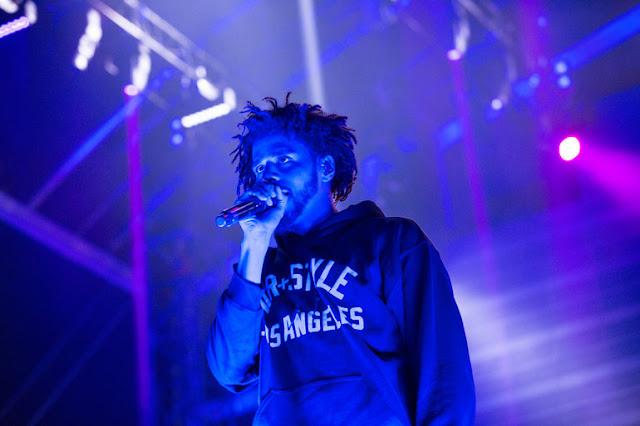 """J. Cole  interpreta o sucesso """"Hypnotize"""" do B.I.G, durante um show em Los Angeles"""