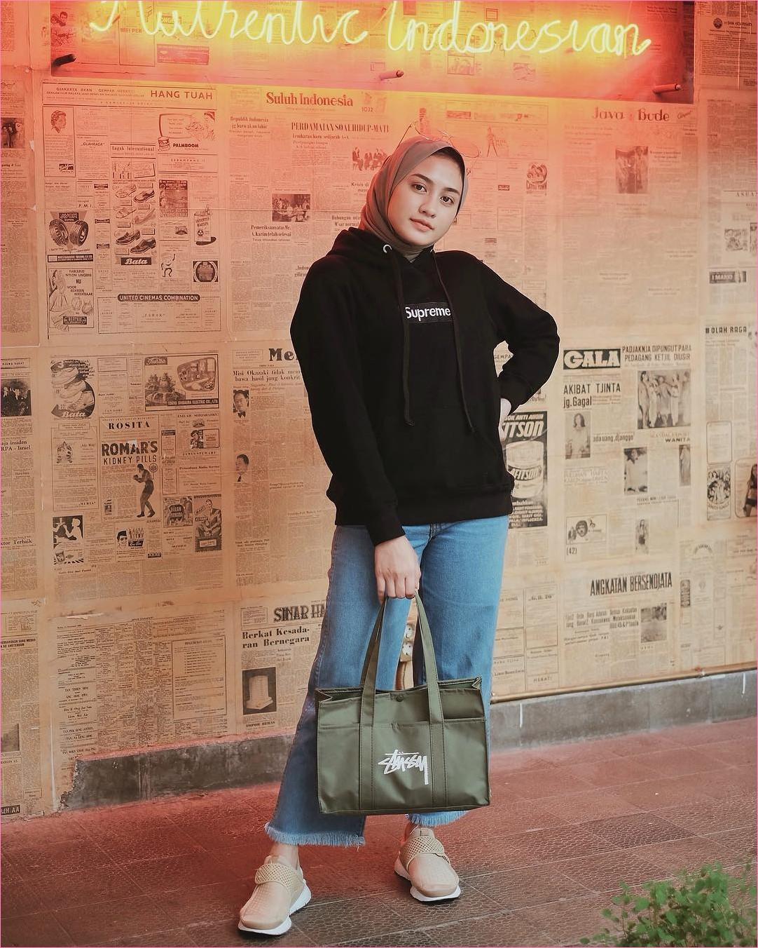 Outfit Baju Hijab Casual Untuk Kuliah Ala Selebgram 2018 jaket hoodie hitam pashmina coklat muda supreme jeans pallazo cullotes denim handbags tote bags hijau tu lumut sneakers kets baby pink gaya casual kain sutra katun 2018 ootd outfit selebgram tembok koran putih lampu tumblr daun
