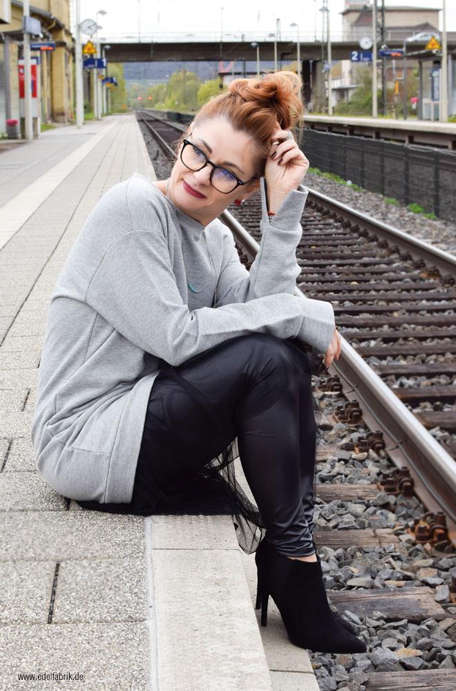 graues, langes Sweatshirt in Oversized mit Tüllrock in schwarz, Style