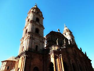 Catedral Angelopolitana de Santo Ângelo. Torre esquerda e fachada com imagens dos santos dos 7 povos das Missões.