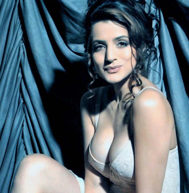Patel nude chicas caliente Amisha