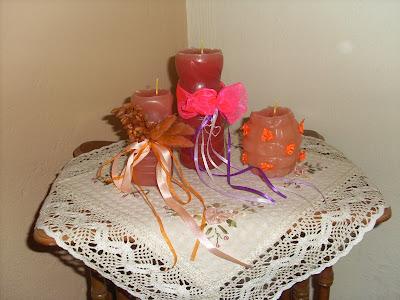 Πανέμορφα κεριά απο ανακύκλωση παλιών κεριών,στολισμένα με κορδελάκια και αποξηραμενα λουλούδια