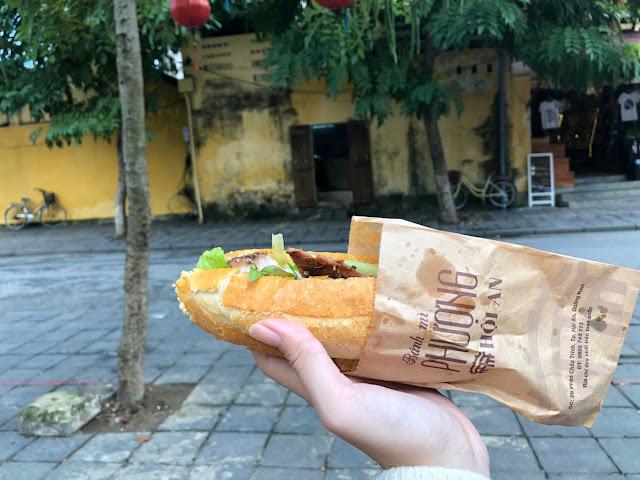 """Bánh mì là món ăn có mặt trên khắp vùng miền của Việt Nam, được nhiều người ưa thích. Trong đó, Hội An nổi tiếng với bánh mì Phượng. Món ăn này đã trở thành một trong những """"đặc sản"""" không thể bỏ qua của cổ thị với nước sốt đặc chế có vị chua thanh và ngọt nhẹ không nơi nào có."""