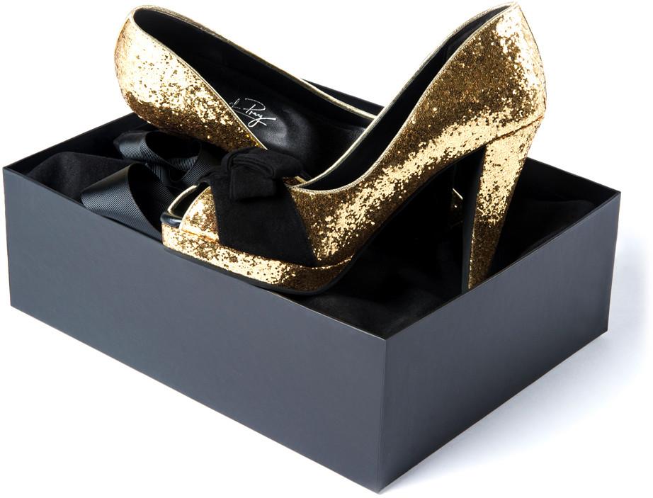 1105e38a0a Uma amiga minha que calça o número 32 disse-me que não conseguia encontrar  sapatos ou sandálias para o pé dela (principalmente com salto).