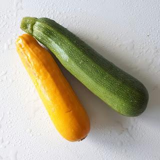 Vihreä ja keltainen kesäkurpitsa