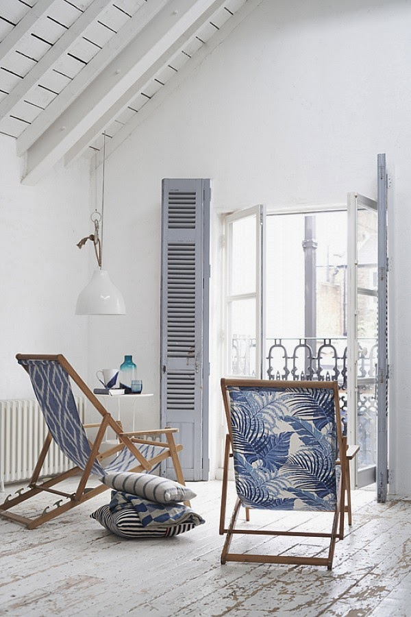 Sillas en ventanal casa azul
