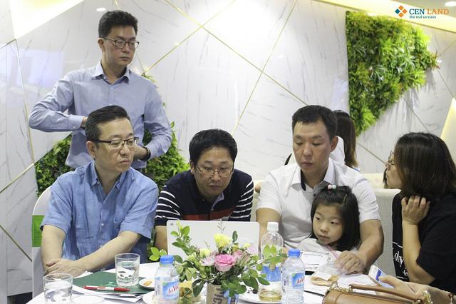 Những khách hàng là người Hàn Quốc tham dự lễ mở bán dự án The Emerald.