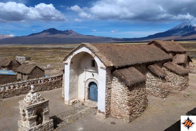 La chiesa in adobe nel villaggio di Sajama