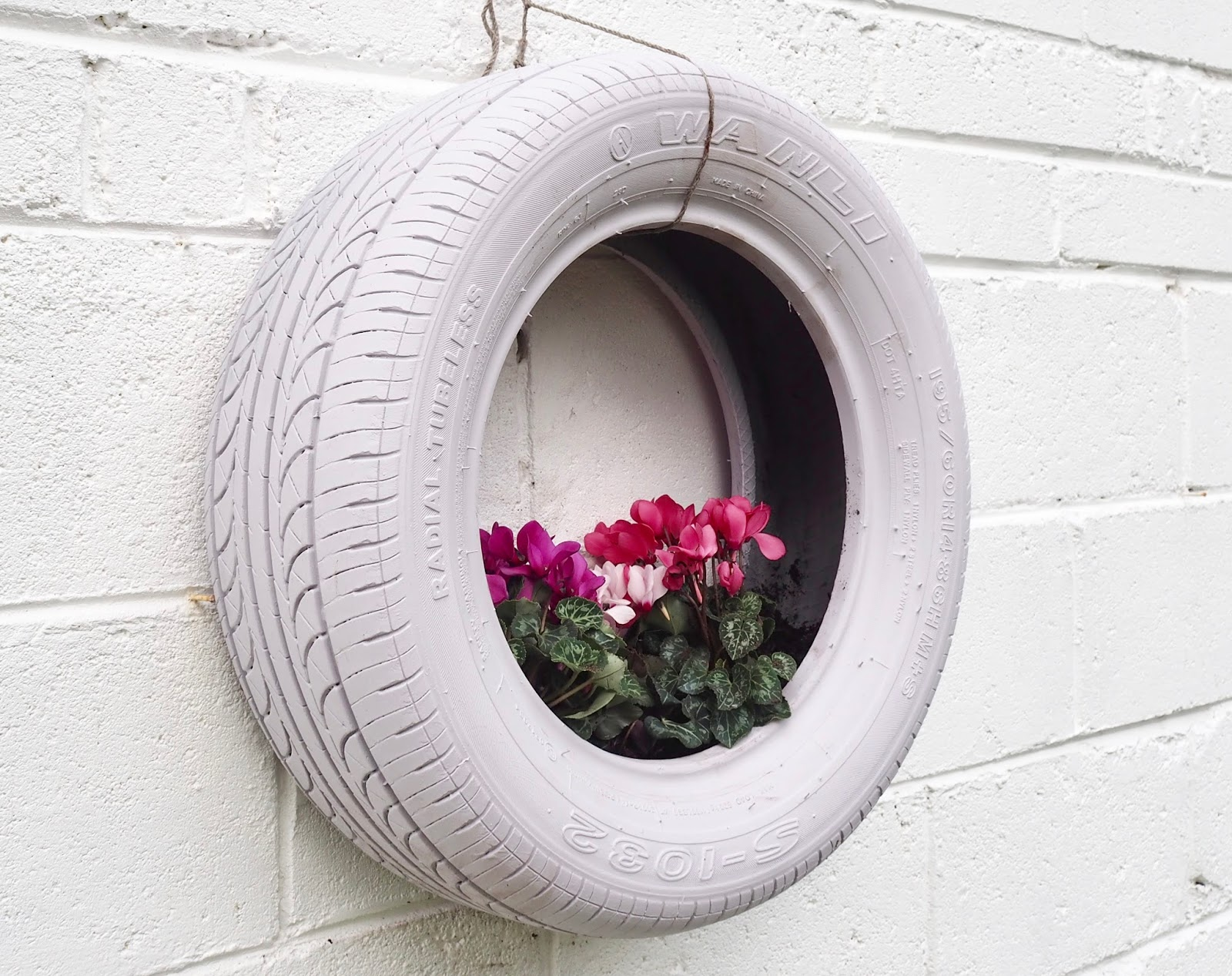 Diy tyre planter the dainty dress diaries for Using tyres as planters