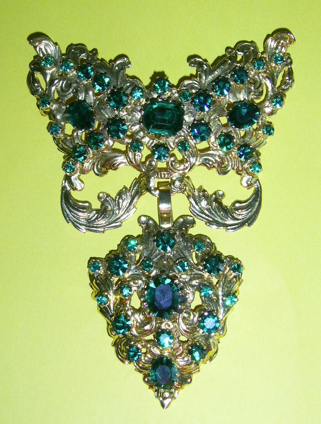 dd834314dbd1 En el siglo XX las perlas fueron muy utilizadas llegando a recubrir casi en  su totalidad la joia