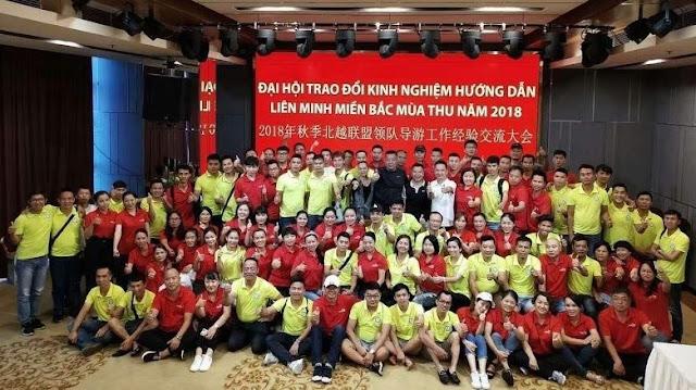 Hướng dẫn viên du lịch trung quốc mặc áo đỏ