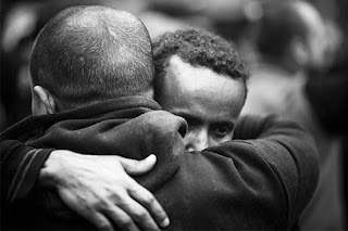 abrazo entre dos hombres